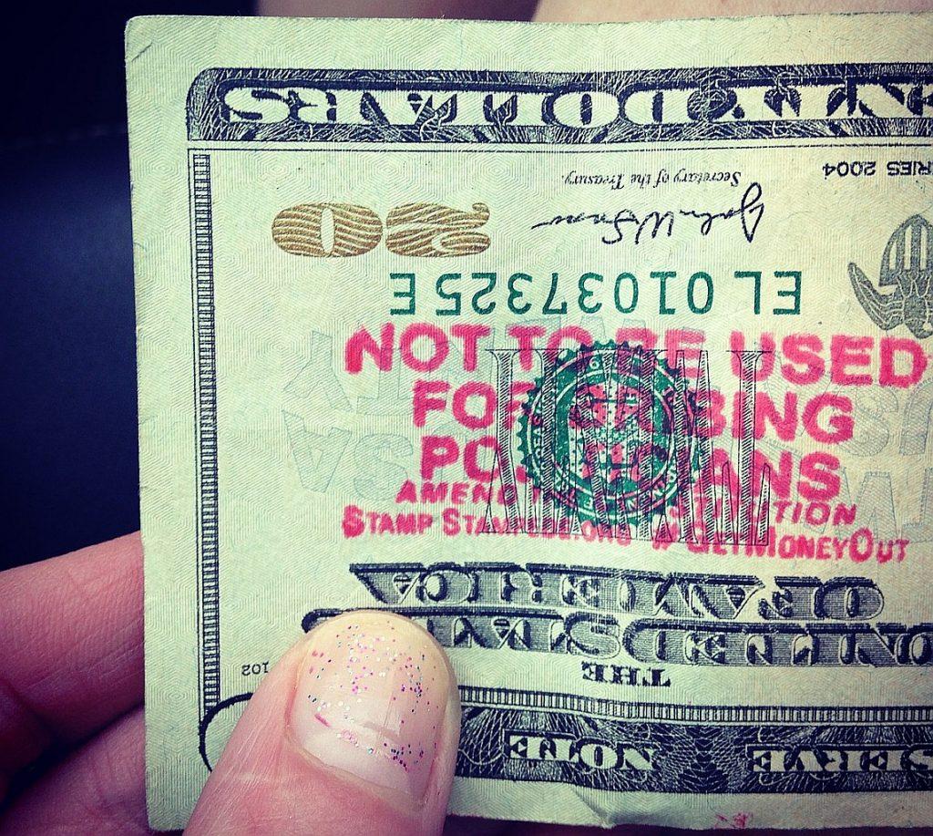 """Ein Geldschein mit dem Stempelaufdruck: """"Nicht zur Bestechung von Politikern zu benutzen!"""" - kann es so gelingen, die Gewissen zu schärfen?"""