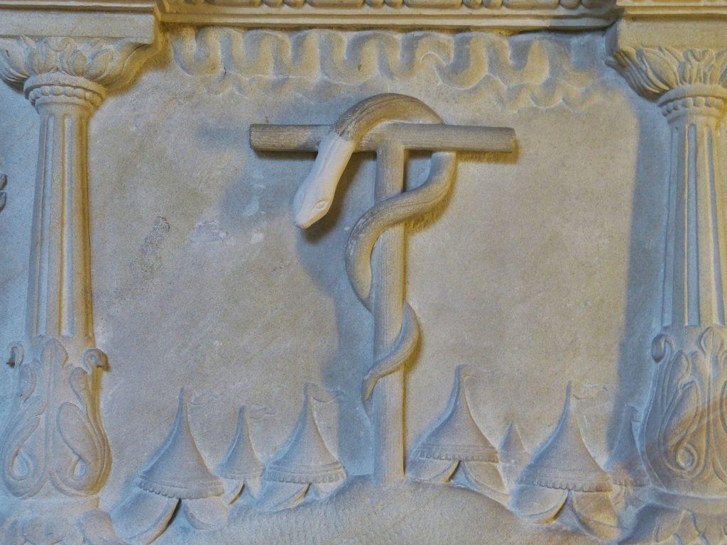 Die Schlange auf der Stange des Mose im Zeltdorf der Israeliten