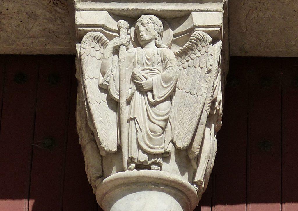 Ein Engel mit Wanderstab an einer Säule in Arles