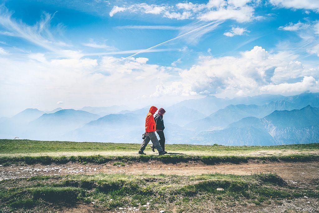 zwei Bergwanderer unter blauem Himmel