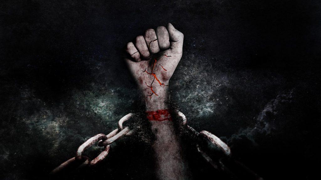 Eine blutige Hand in Ketten