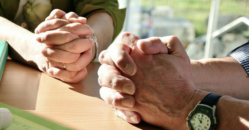 Zwei Paare gefalteter Hände nebeneinander - welchen Sinn hat eine Fürbitte?