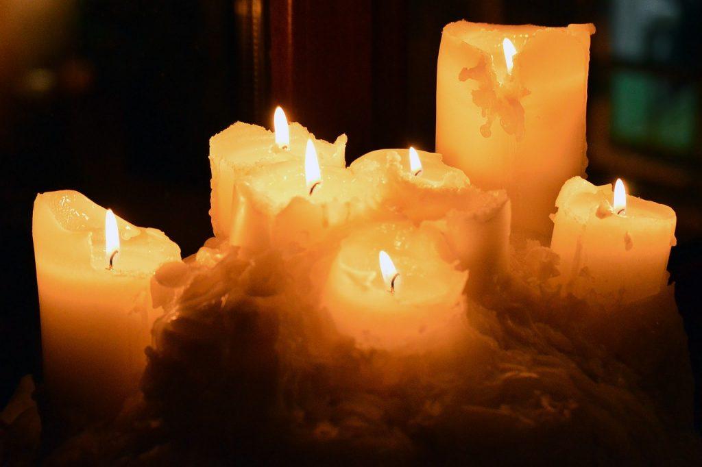 Sieben Kerzen, schon ziemlich heruntergebrannt