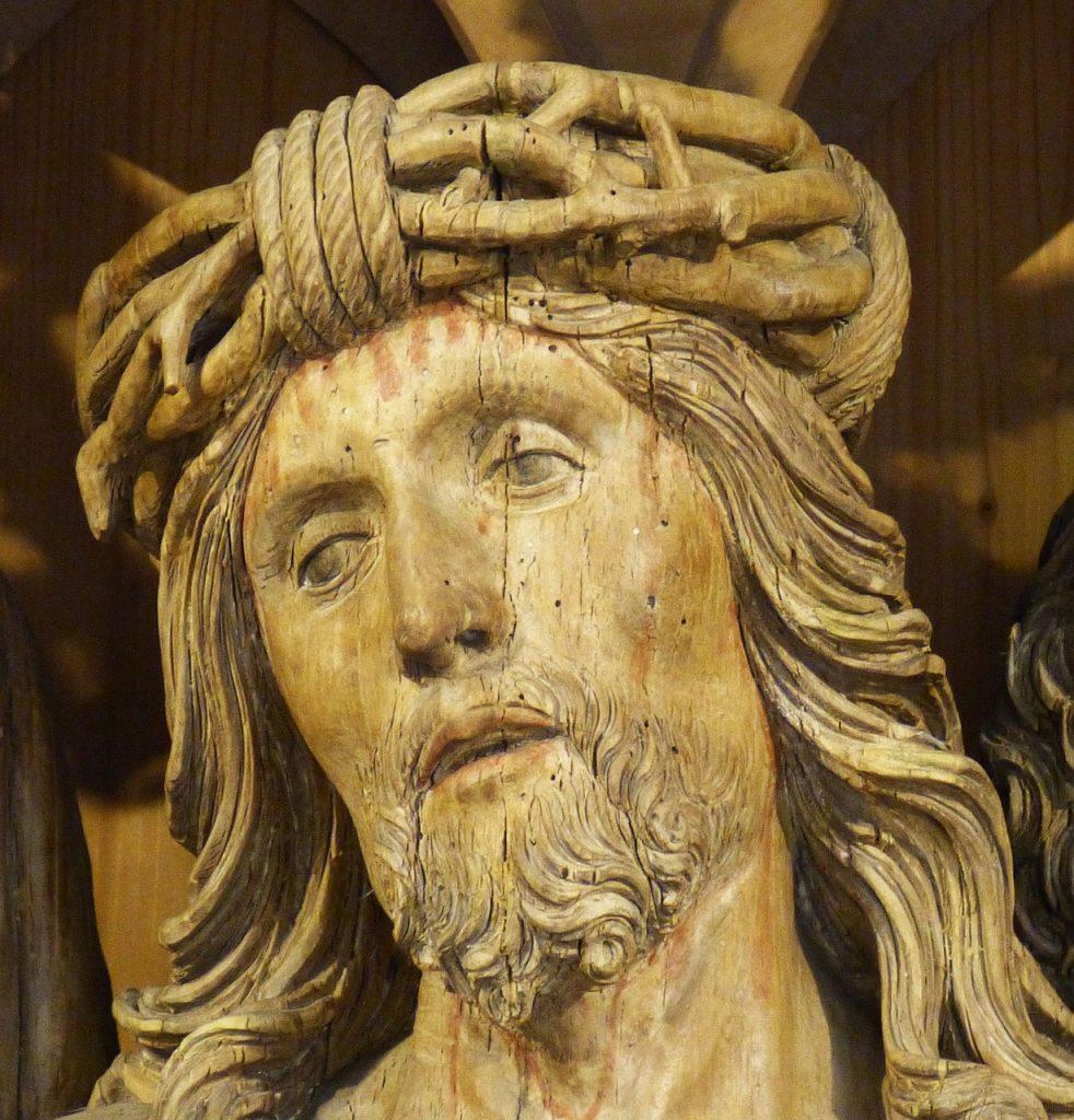 Das Gesicht Jesus mit Dornenkrone am Kreuz