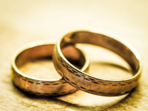 Zwei Eheringe, die aufeinander liegen