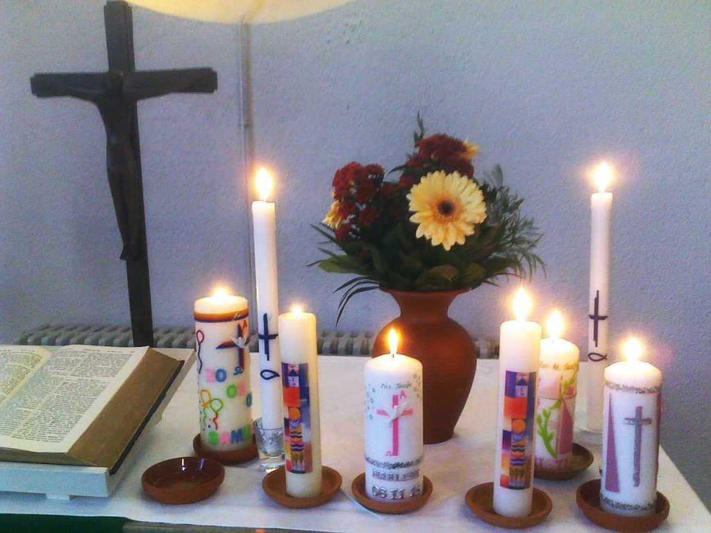 Taufkerzen einer großen Familie auf dem Altar der Pauluskirche Gießen