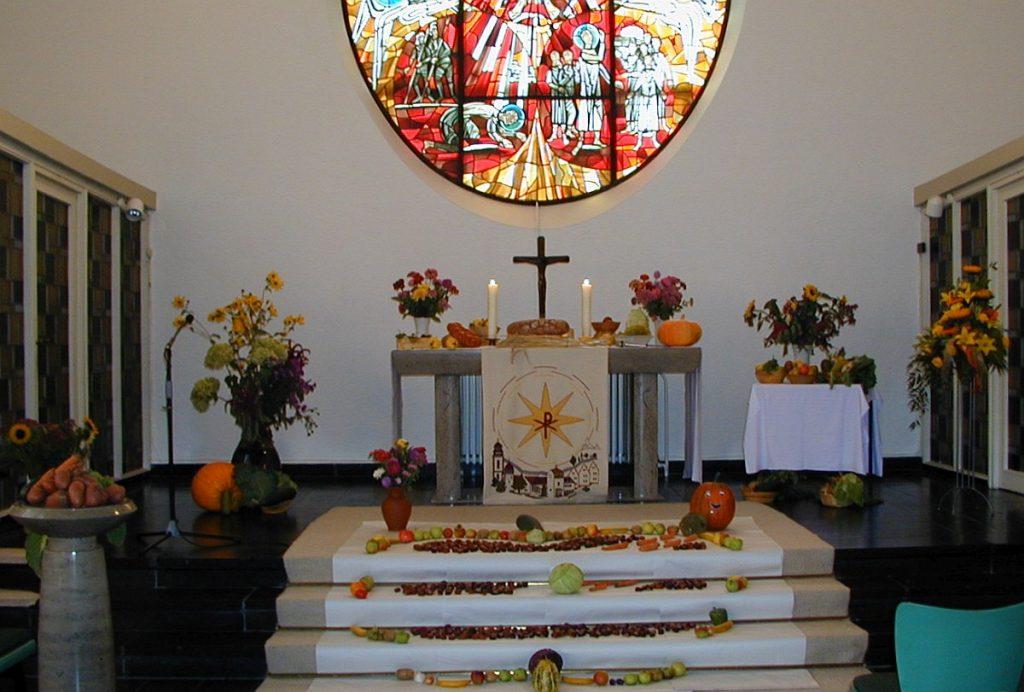 Frontansicht des Paulus-Altarbereichs mit Fensterbild darüber