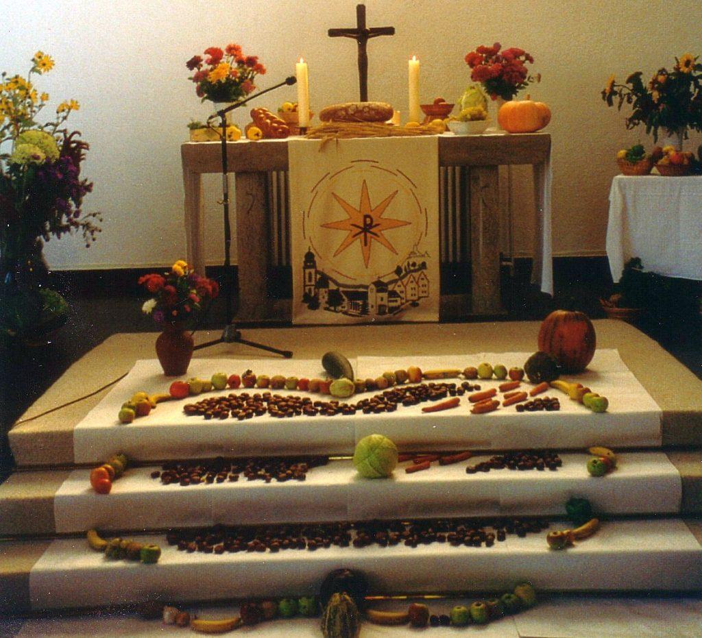 Frontansicht des Altars mit Apfelbild auf den Altarstufen