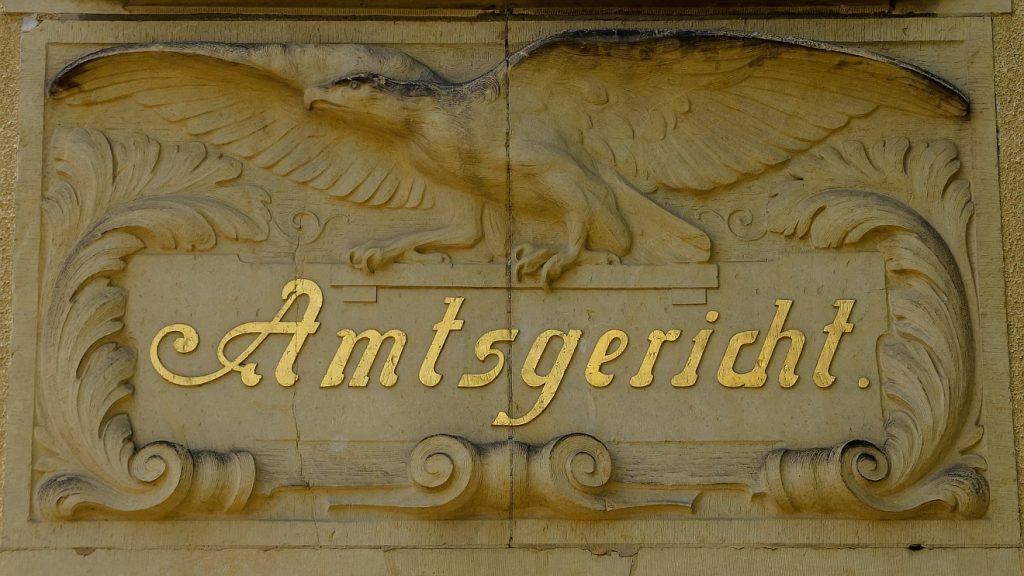 """Stuckrelief mit dem Schriftzug """"Amtsgericht"""", wohl am Gebäude eines Amtsgerichtes"""