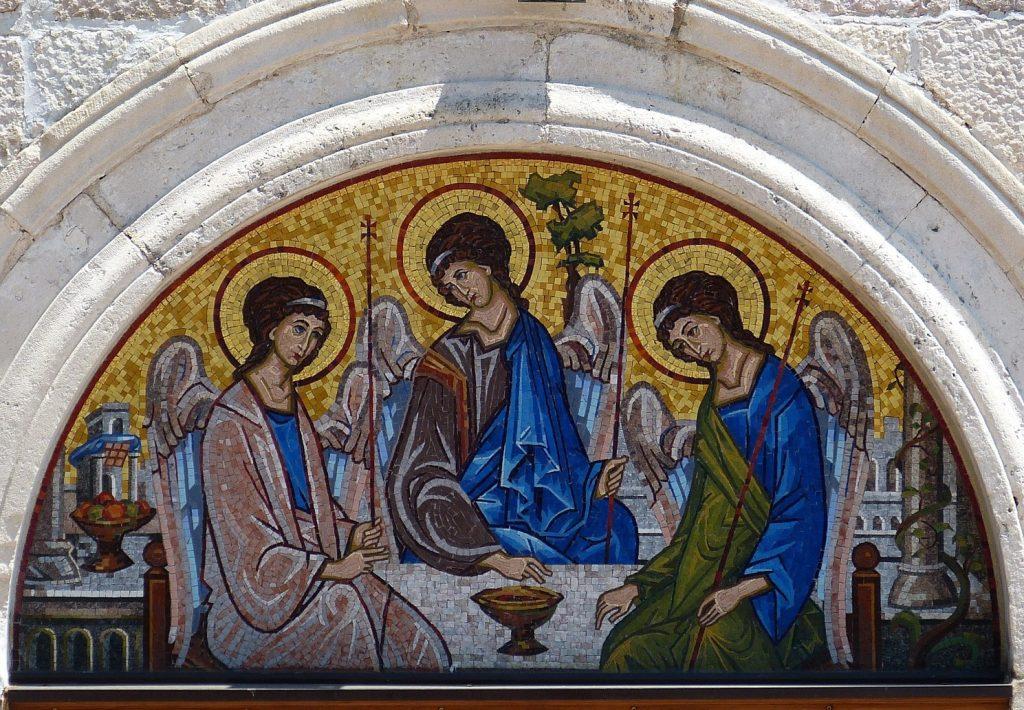 Drei Engel in einem Torborgen in Budva, Montenegro