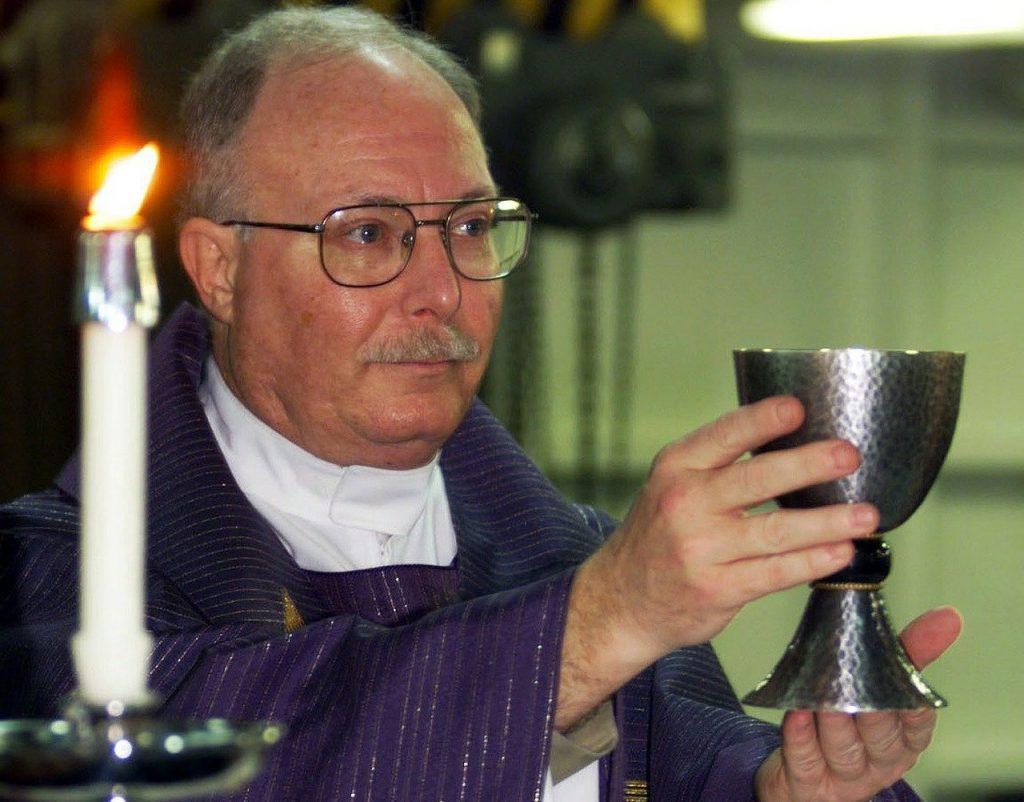Ein katholischer Priester zelebriert die Heilige Messe