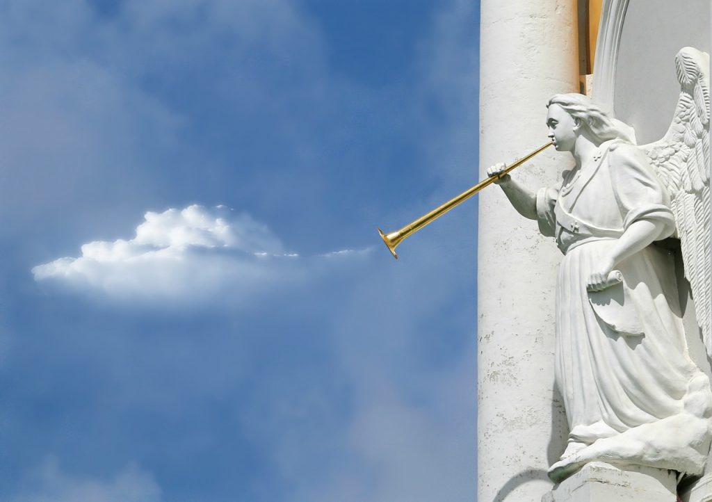 Engelskulptur mit Trompete und Wolken