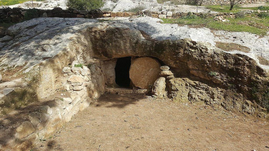 Eine offene Grabhöhle - der Stein ist weggewälzt