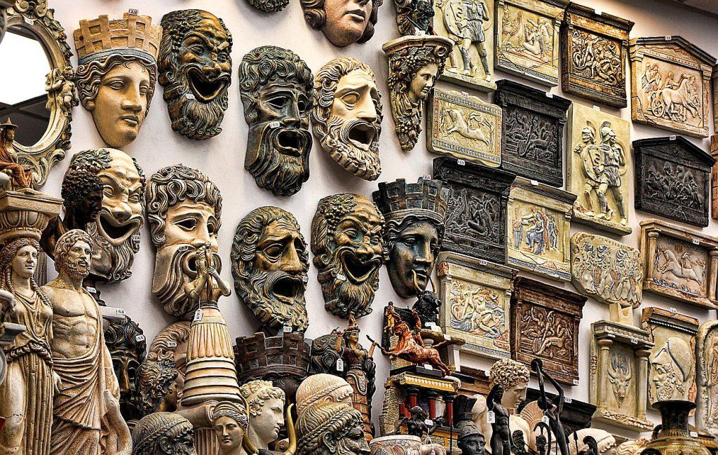 Was könnte der Philosoph Odo Marquard mit seinem Lob des Polytheismus meinen? Eine Wand volle Masken und Reliefs mit Darstellungen griechischer Götter