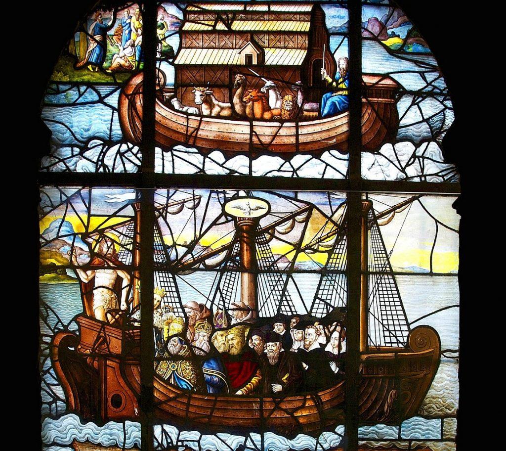 Kirchenfenster mit Noahs Arche oben und Jesus im Boot der Jünger bei der Sturmstillung unten