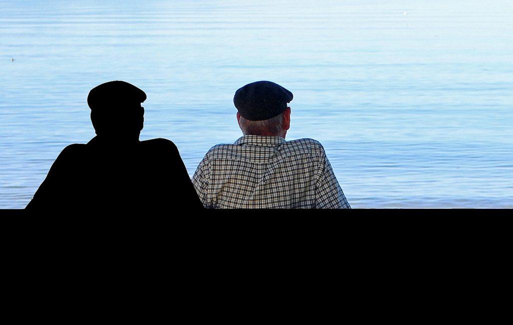 Zwei Männer von hinten, die aufs Meer schauen - ein Bruder mit seinem Bruder zusammen?