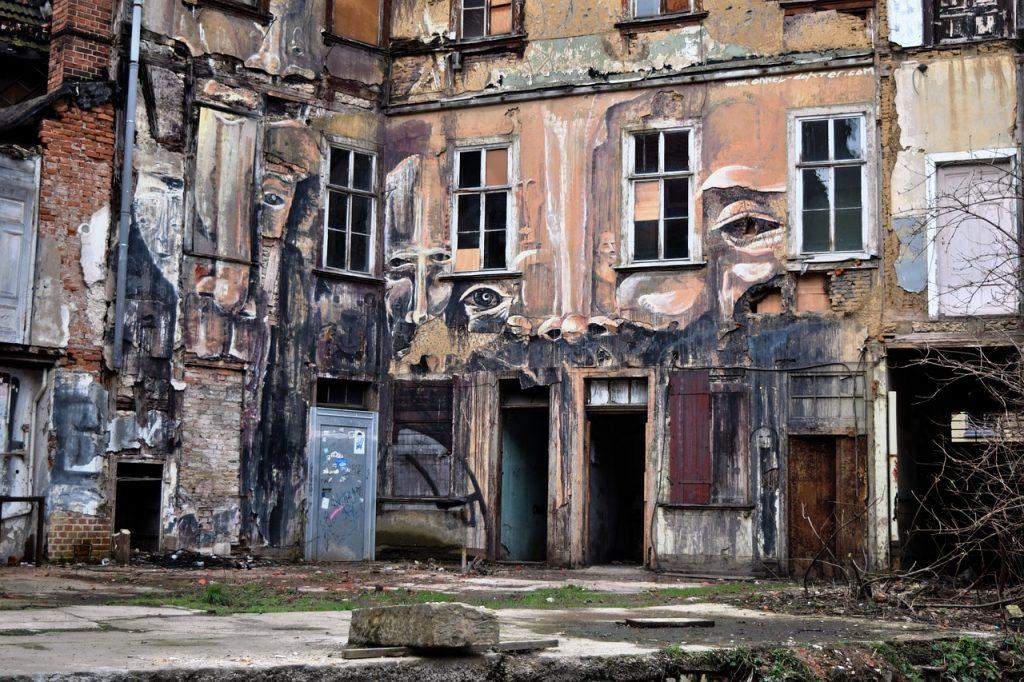 Ein Abrisshaus mit verdreckten Wänden in Erfurt