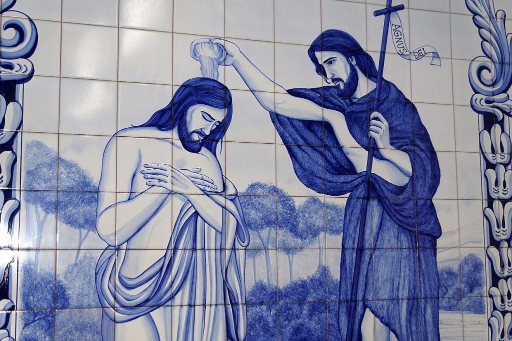 Eine Bild auf Wandfliesen in blau gemalt: Jesus wird von Johannes dem Täufer getauft