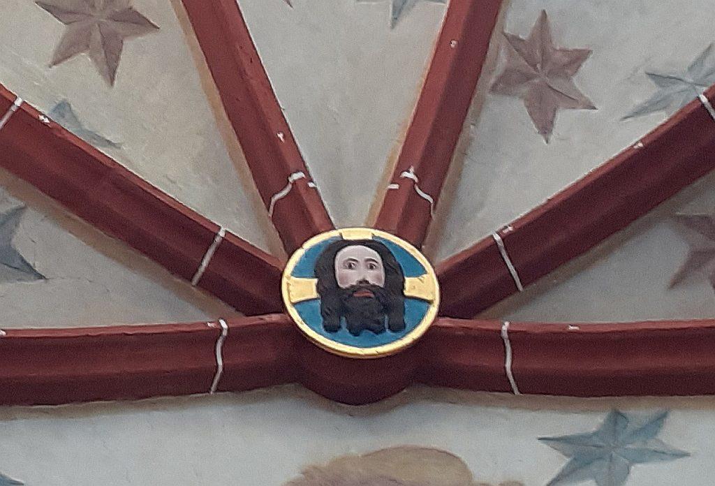 Der Kopf Jesu auf dem Schluss-Stein in der Kuppel der Kirche in Reichelsheim/Wetterau