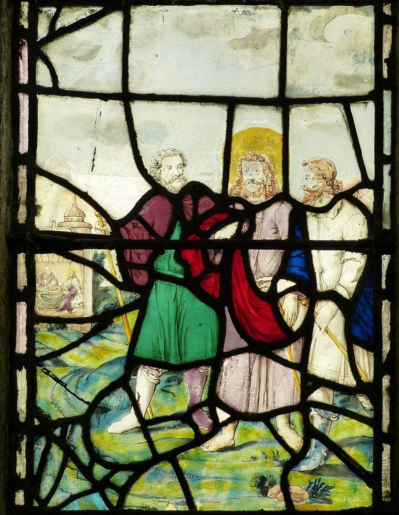 Kirchenfenster mit dem Gang der Jünger Jesu nach Emmaus - und Jesus in ihrer Mitte