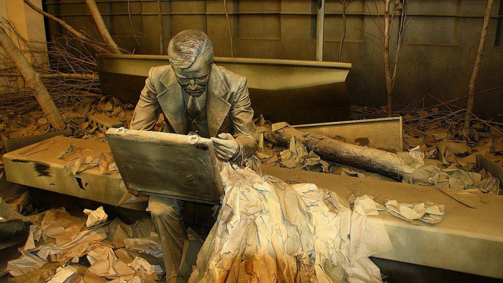 Skulptur eines Malers, der inmitten von Zerstörung an einem Bild arbeitet