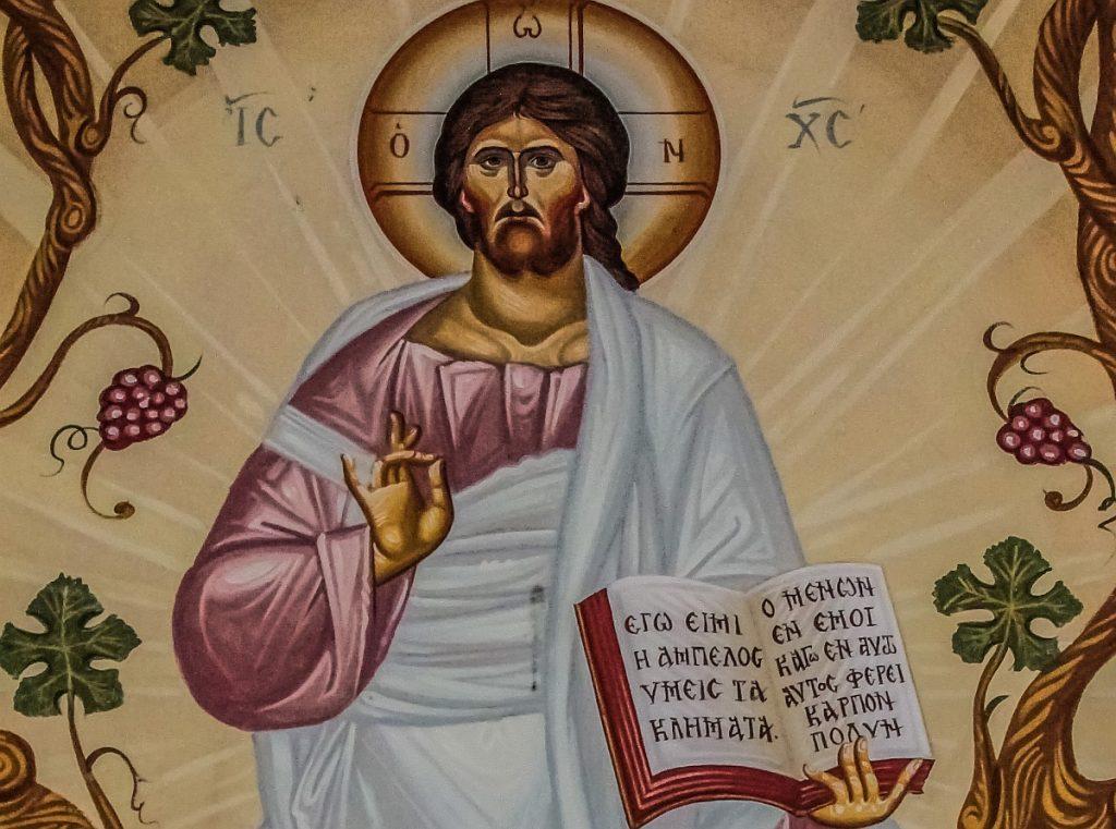 Ikone mit Jesus, umgeben von Weinreben, und der aufgeschlagenen Bibel mit dem Text: Ich bin der Weinstock, ihr die Reben. Wer in mir bleibt und in der Liebe, trägt viel Frucht.