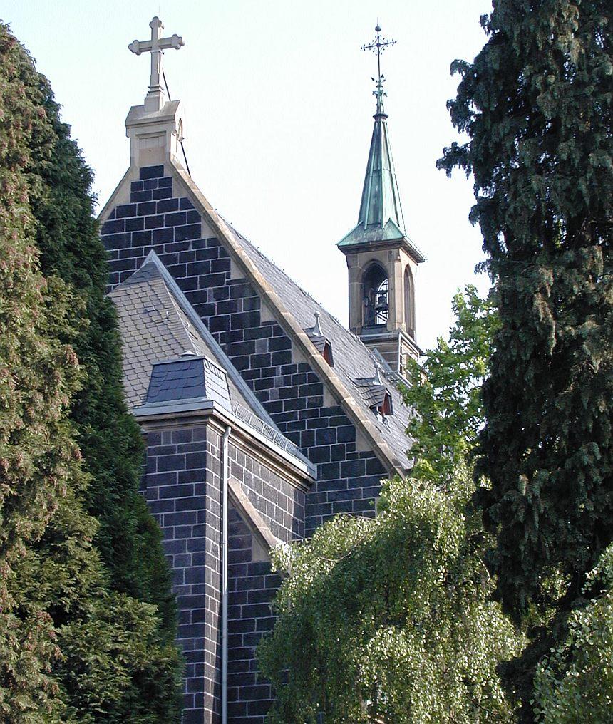 Kapelle des Neuen Friedhofs Gießen, umgeben von Bäumen
