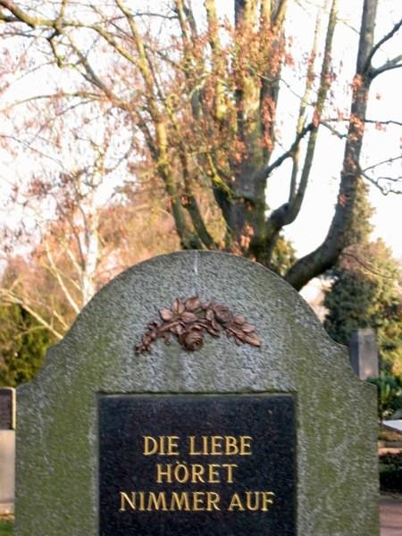 """Grabstein mit der Inschrift: """"Die Liebe höret nimmer auf"""""""