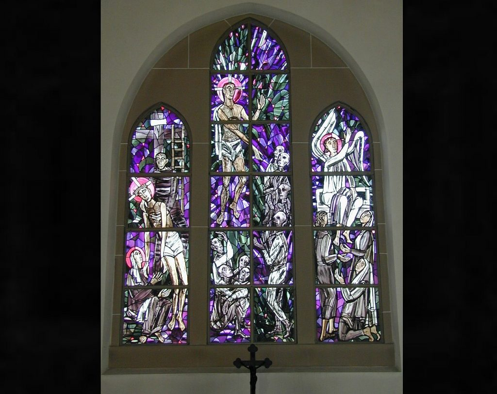 Das dreiteilige Altarfenster der Friedhofskapelle Gießen mit der Kreuzabnahme Jesu, dem Abstieg Jesu zu den Toten und der Verkündung der Auferstehung an drei Frauen durch einen Engel