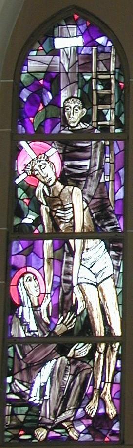 Fensterbild: Josef von Arimathia nimmt Jesus vom Kreuz ab, an dem eine Leiter lehnt, und übergibt sie in die Hände seiner Mutter Maria