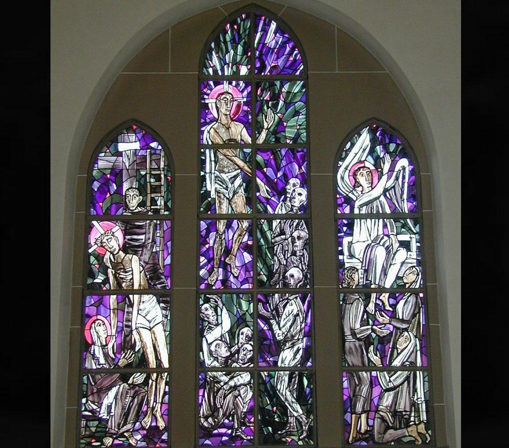 Das dreiteilige Kirchenfenster von Claus Wallner in der Kapelle auf dem Neuen Friedhof Gießen