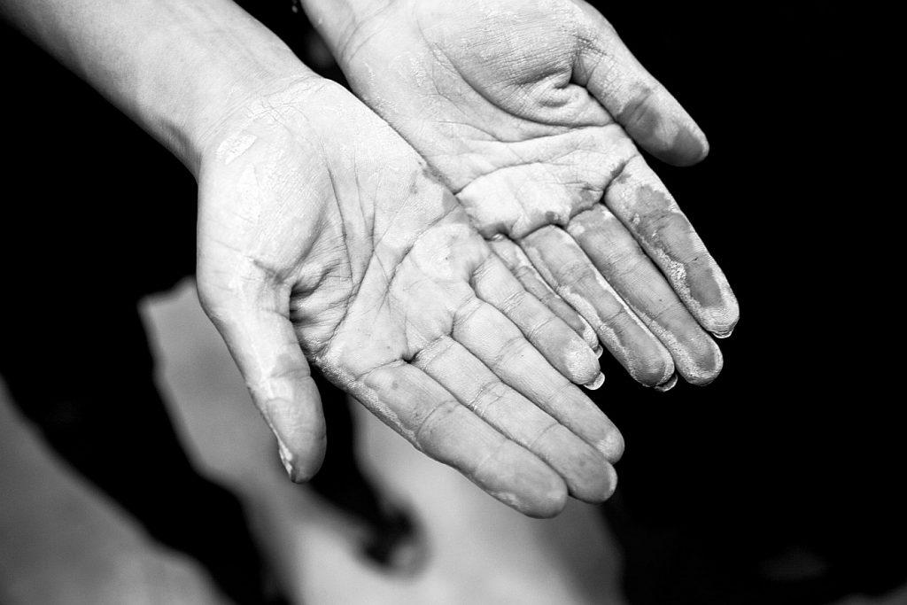Leere Hände - beschmutzt von der Porzellanverarbeitung
