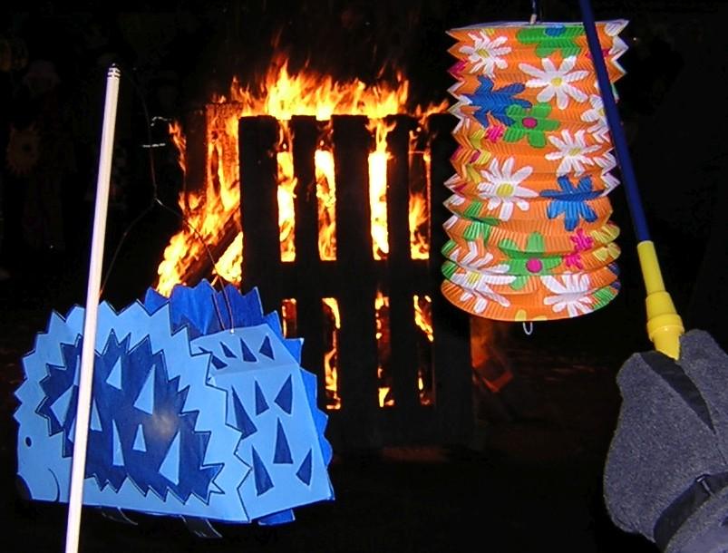 Laternen vor dem Martinsfeuer im Hof der Paulusgemeinde