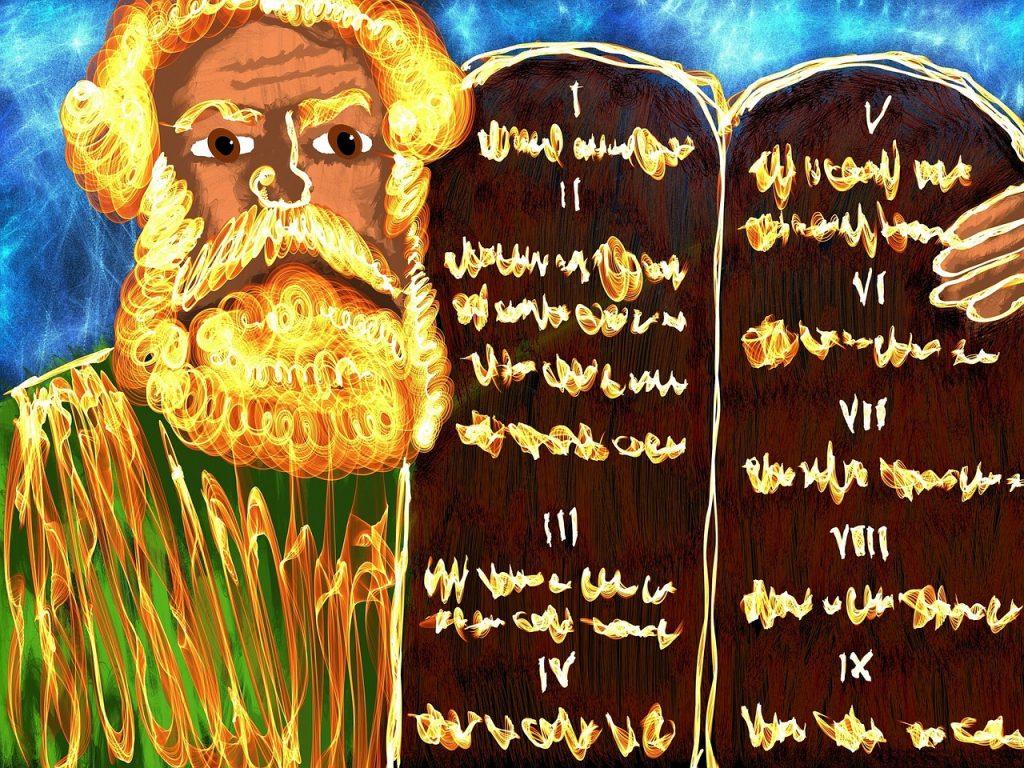 Gemalter Mose mit stilisierten Gesetzestafeln