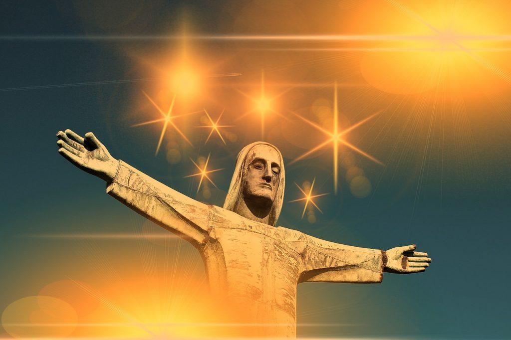 Christus mit ausgestreckten Armen vor goldenen Sternen