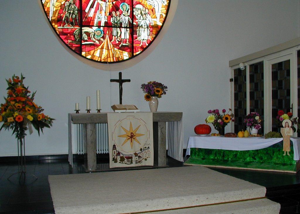 Der Altarraum der Pauluskirche beim Erntedankfest 2004