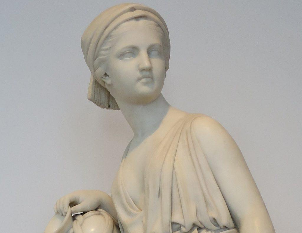 Skulptur von Rebekka mit Schöpfgefäß am Brunnen (nur der obere Teil, weiter unten das vollständige Bild)