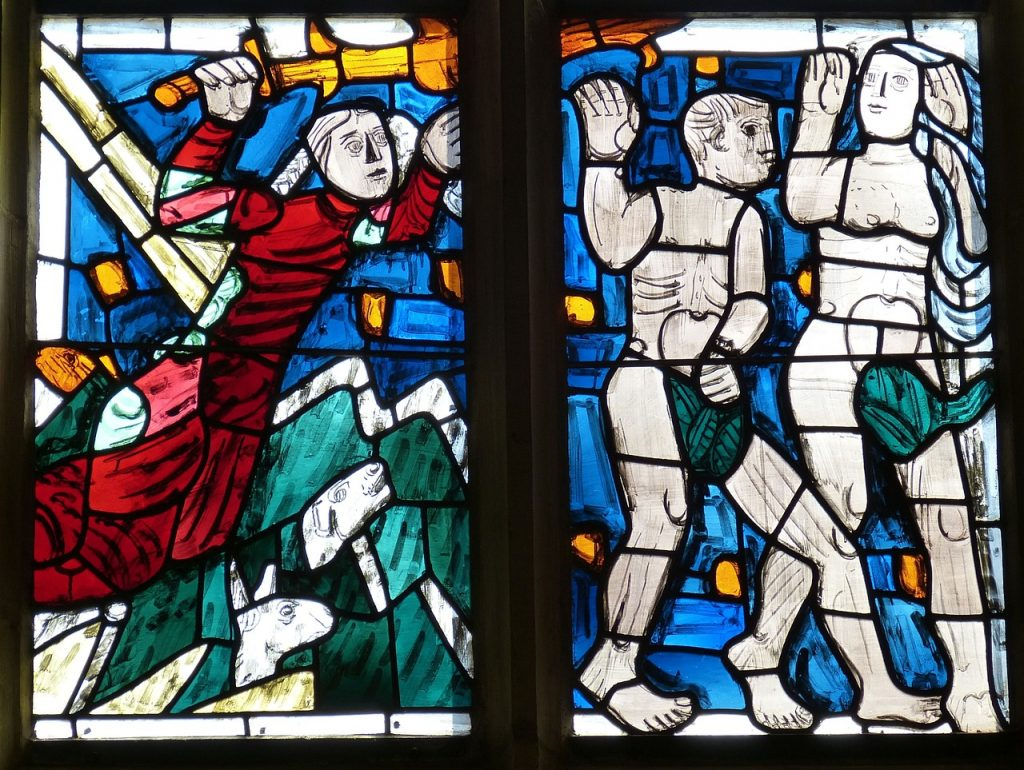 Kirchenfenster: Ein Cherub mit dem Schwert vertreibt Adam und Eva aus dem Paradies