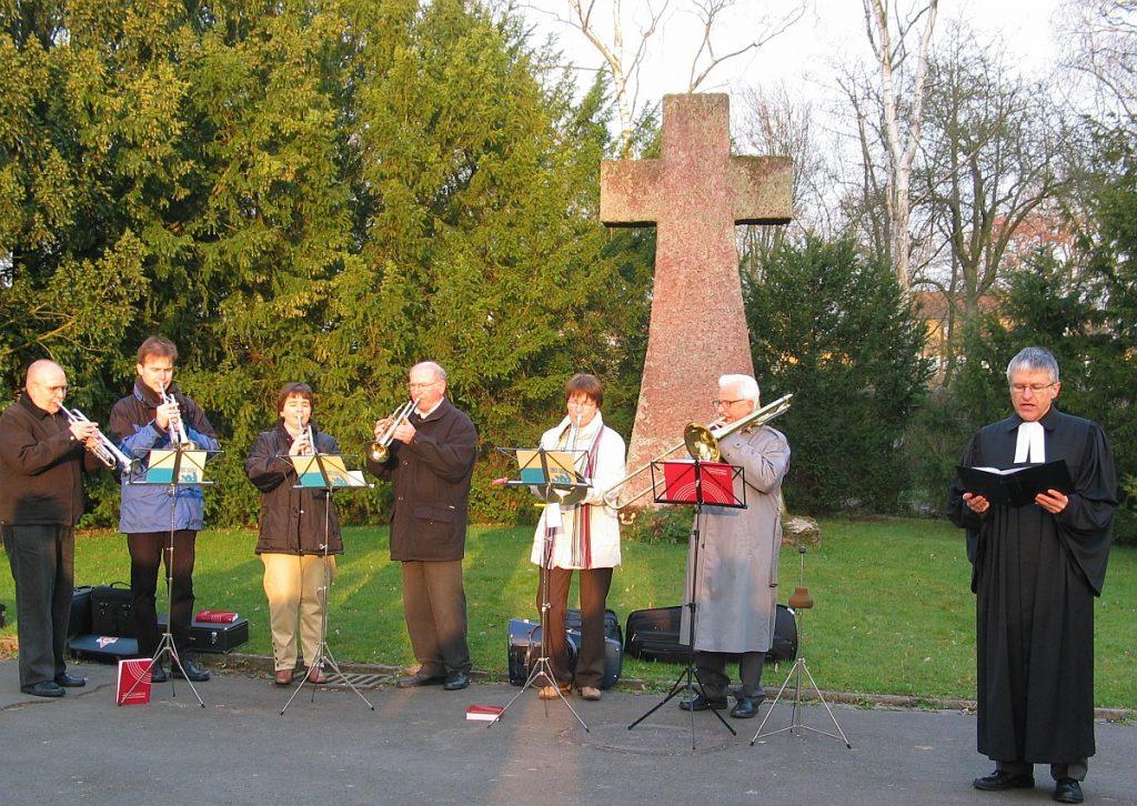 Bläserkreis und Pfarrer Helmut Schütz bei der Osterandacht 2005 am Steinkreuz auf dem Neuen Friedhof Gießen