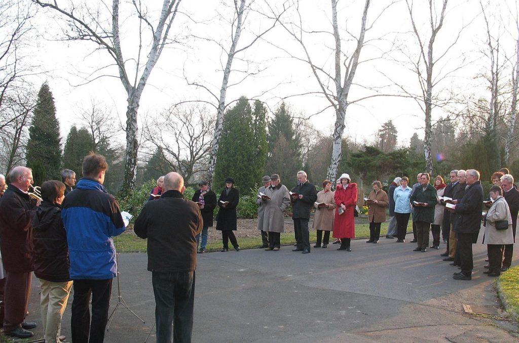 Teilnehmende an der Osterandacht 2005 auf dem Neuen Friedhof Gießen