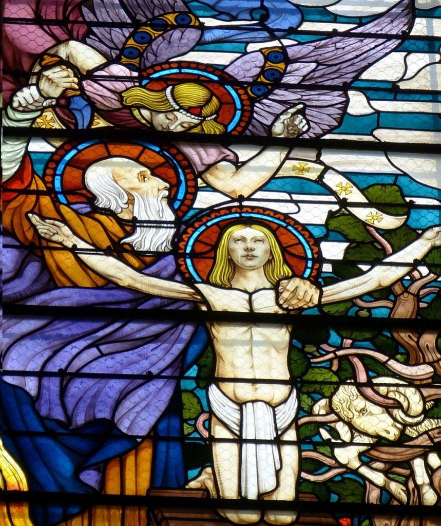 Kirchenfenster: Abraham muss seinen Sohn Isaak nicht opfern - Isaak kniet mit selbstbewusst ausgebreiteten Armen vorn im Mittelpunkt
