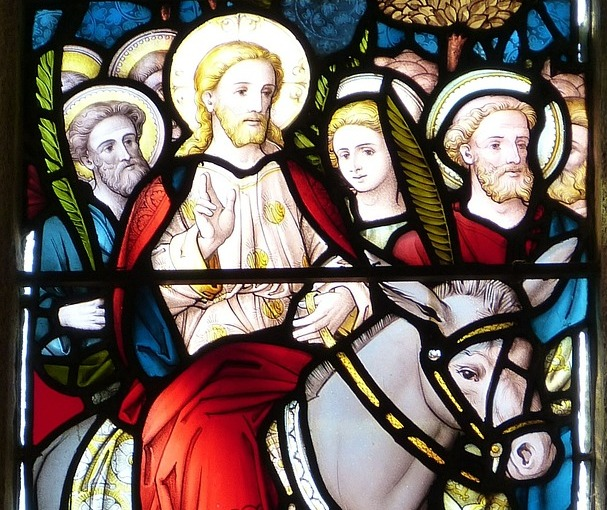 Kirchenfenster mit dem Einzug Jesu in Jerusalem
