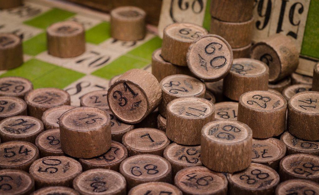 Spielsteine mit aufgedruckten Zahlen beim Bingo