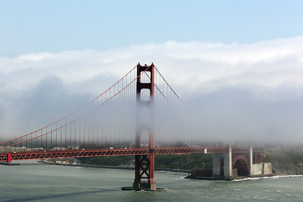 Die Golden Gate Bridge bei San Francisco im Nebel