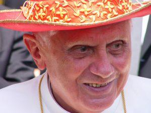 Papst Benedikt mit einer Art Sonnenhut