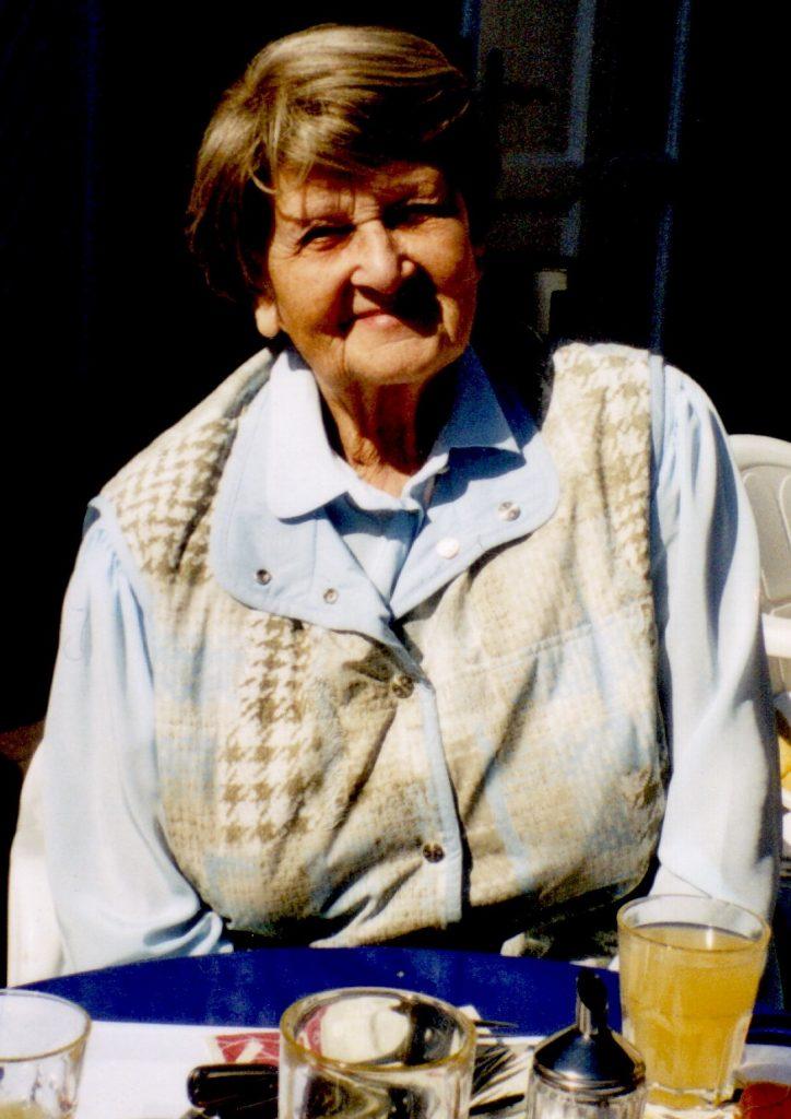 Margarete Drebes auf ihrer Terrasse