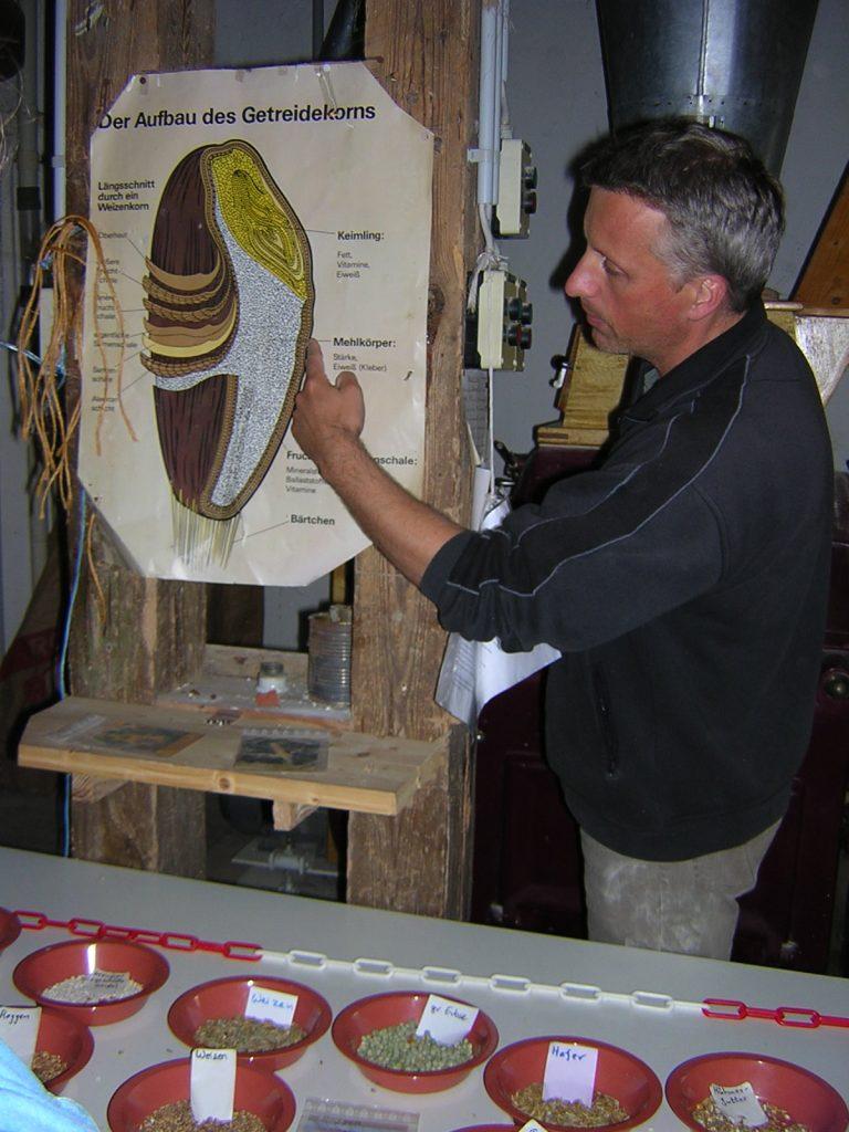 Frank Schoof erklärt den Aufbau eines Getreidekorns