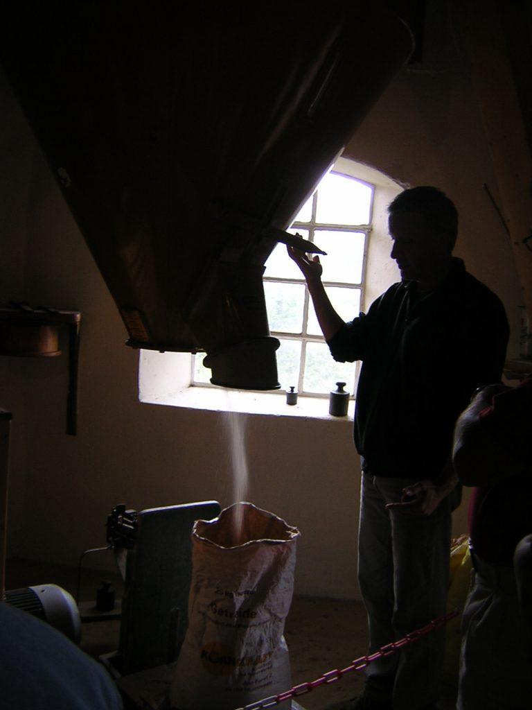 Frank Schoof befüllt einen Sack mit Mehl