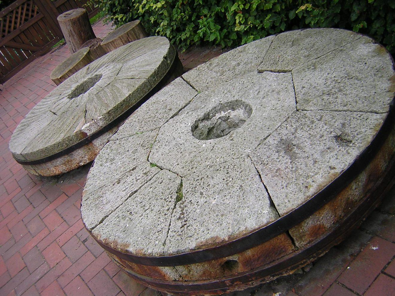 Ausgediente Mühlsteine, die vor der Mühle liegen