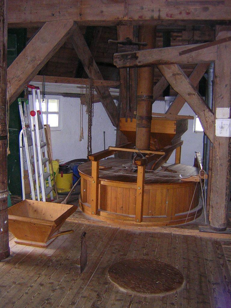 Die Holzverkleidung für die Mahlsteine auf dem Pellsöller